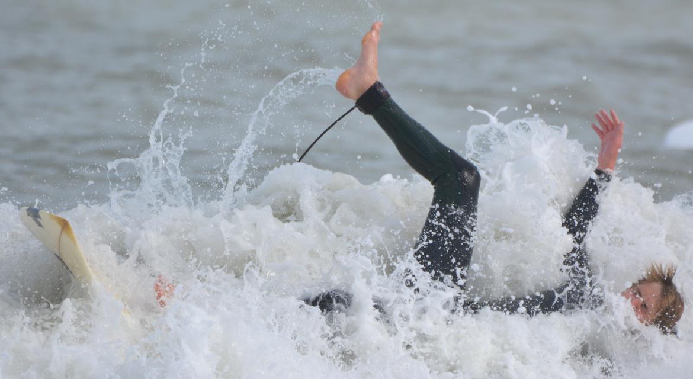 Wir Surfer heulen nicht wegen Aua beim Wipe Out. Nur wenn wir selbst für die Blessuren zahlen müssen