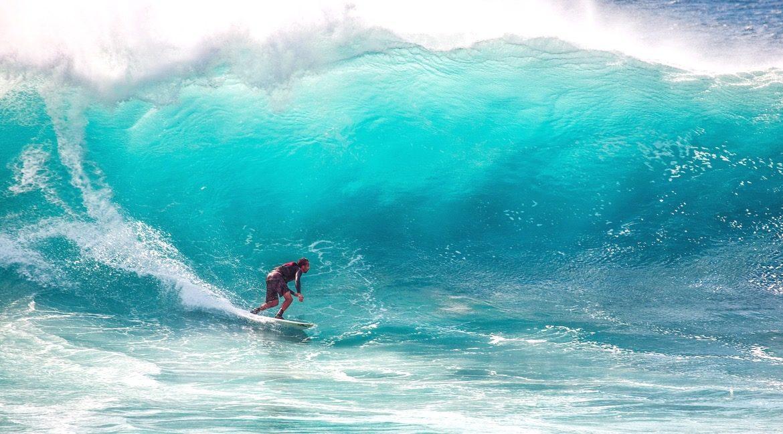 Große Wellen surfen